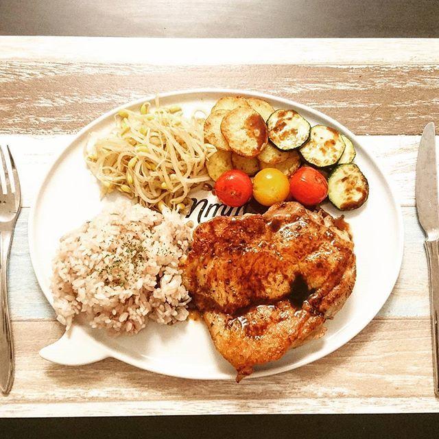 今日の夜ごはん🍚 . 買ってあった鶏もも肉で、チキンステーキ🐔✨ . ◆チキンステーキバルサミコソース ◆野菜のグリル ◆レンチンもやし ◆雑穀ごはん . 今日はひとりごはんだから、正直何でもいいやー外で食べようかなーなんて悩んだ挙句… . 家に残ってたお肉焼きました。でかい。お腹いっぱいで苦しい😋 . 久しぶりに買ってきた、豆もやしが美味しい♡ . . #おうちごはん#今日の夜ごはん#今日の晩ごはん#料理#手料理#家庭料理#ひとりごはん#ひとり飯#ワンプレート#簡単#あるもの#ステーキ#肉#鶏肉#もも肉#バルサミコ酢#ズッキーニ#じゃがいも#ミニトマト#豆もやし#雑穀米#思いの外肉がでかかった#皮がパリパリ#肉汁じゅわー#バルサミコ酢って神#みどめし🍴