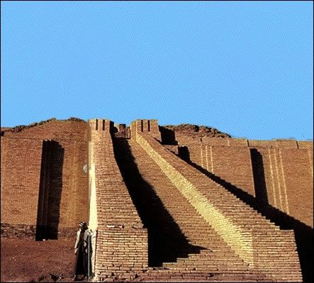 Zigurat de Ur o Ur-Nammu. P.Neosumerio, 2100-2000 a.C. El ziguratt de Ur pudo estar delimitado por una muralla, dentro de la cual pudieron exsitir patios y dependencias anejas. En la actualidad sólo se conserva el 1er y parte de la 2º piso. No se sabe cual pudo ser la función real de estas construcciones, las teorías: lugar de protección de las inundaciones de la imagen de la divinidad, altar para ofrendar a los dioses, observatorio astronómico o simbolo religioso que imita la montaña…
