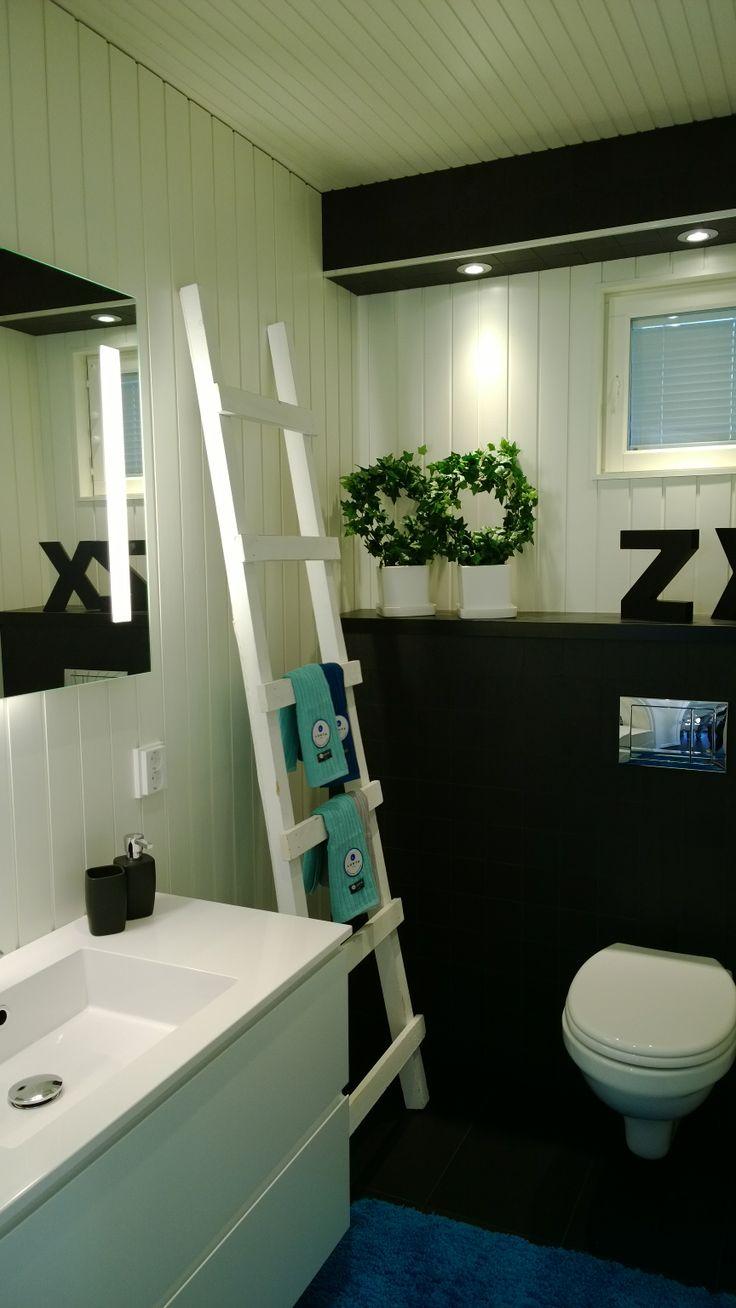 Mustavalkoinen WC, kohteessa Terra Talo / Kalajoen Loma-asuntomessut 2014