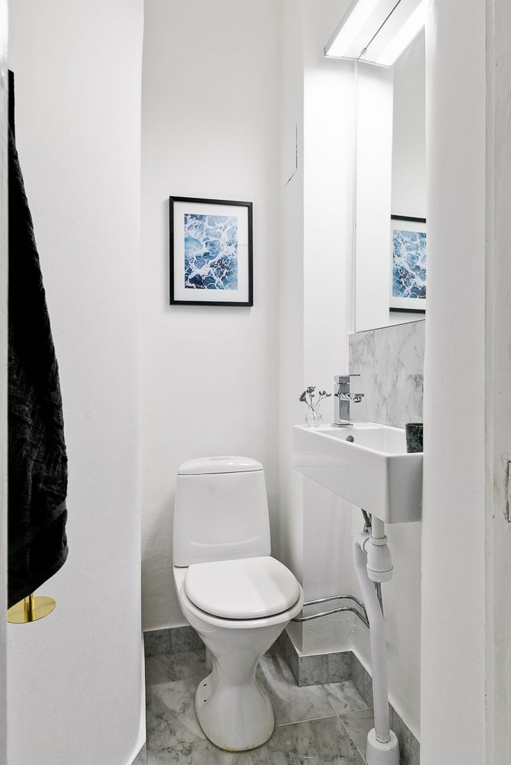 Separat wc med marmor på golvet