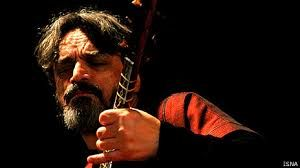 Hossein Alizadeh (Tehran-1950) is considered one of the most important figures in contemporary Persian music. He comes from a traditional training.