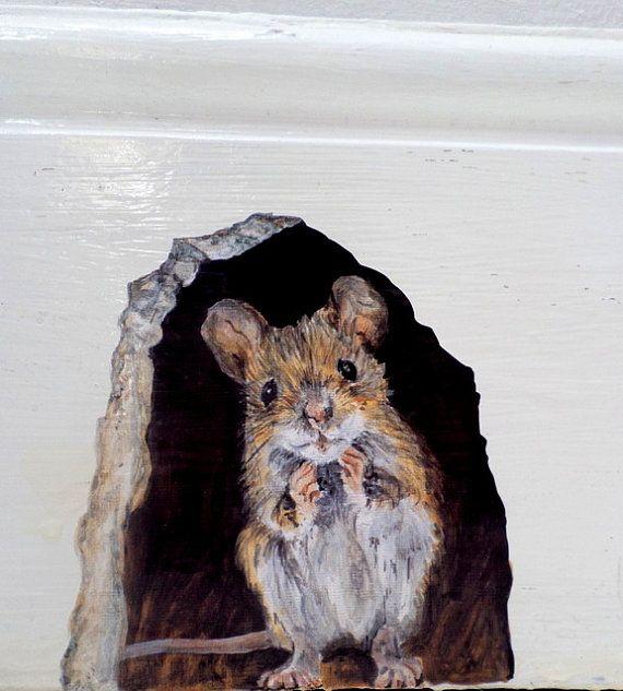 Muis muur sticker muis gat decal, trompe loiel muis gat, schattige muis muur stickers, muis home decor.  Deze schattige muis muur sticker wordt afgedrukt vanuit mijn originele Acryl schilderij. De muis gluurt uit een trompe loeil muis gat, en kan worden geplaatst, tot groot effect, op een breed scala aan oppervlakken (op plinten / plinten, boven plinten, over een kozijn, op een keukenkastje, op trap stootborden enz.) Het gat van de muis is geschikt voor het plaatsen rond het huis; het ma...