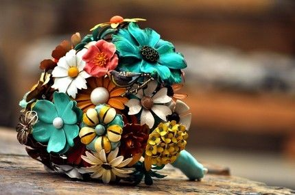 So pretty!: Brooch Bouquets, Idea, Bridal Bouquets, Brooches Bouquets, Color, Wedding Bouquets, Vintage Brooches, Broach Bouquets, Alternative Wedding