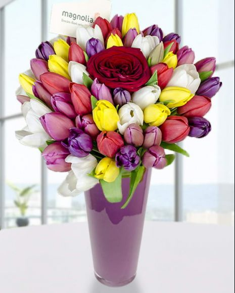 Buchet cu lalele colorate şi un trandafir roşu