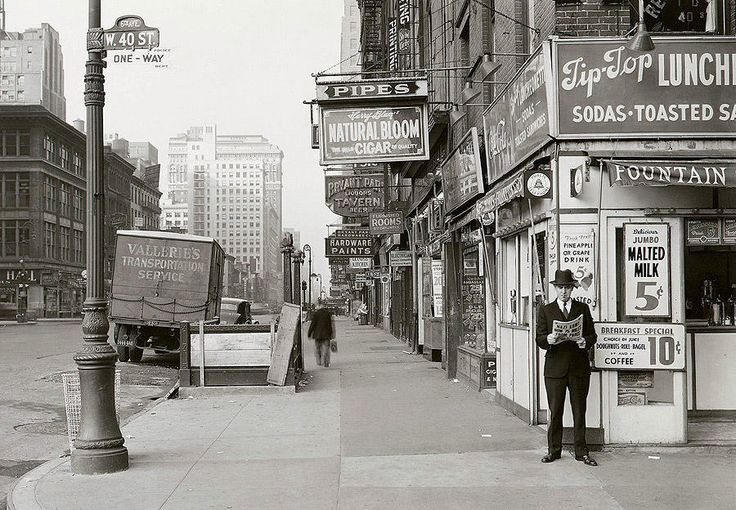 Житель Нью-Йорка читает газету, заголовок гласит: «Нацистская армия в 75 милях от Парижа», 18 мая 1940 года.