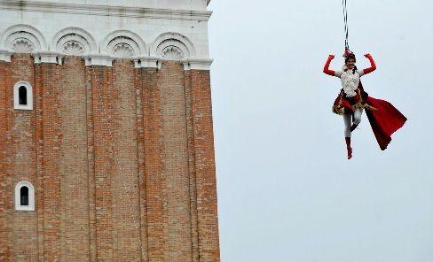 Le Carnaval de Venise s'ouvre avec le Vol de l'ange ou l'envol de la Colombina.  Du haut du campanile San Marco, une jeune (et courageuse) jeune fille s'élance dans le vide, suspendue à un filin.