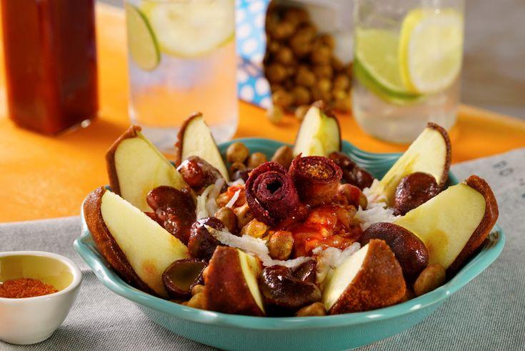 Prepara esta deliciosa botana de manzanas cubiertas de dulce de tamarindo, espolvoreadas con chile en polvo, acompañadas de cacahuates, zanahoria, jícama y pepino rallados. Lo mejor es que llevan un topping de gomitas enchiladas, chamoy líquido y jugo de limón. ¡Para los amantes del chamoy, serán la sensación!