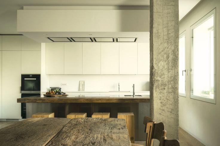 Резиденция в Италии, созданная Gobbo Architetti — это результат объединения и новой меблировки двух квартир, расположенных на одном и том же этаже здания в историческом центре города. Вновь получившееся пространство делится на зоны. Технические помещения выступают своего рода осью, в одном направ...