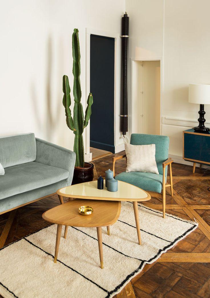 Tables gigognes esprit vintage aux couleurs neutres qui saccordent bien avec les bleus des