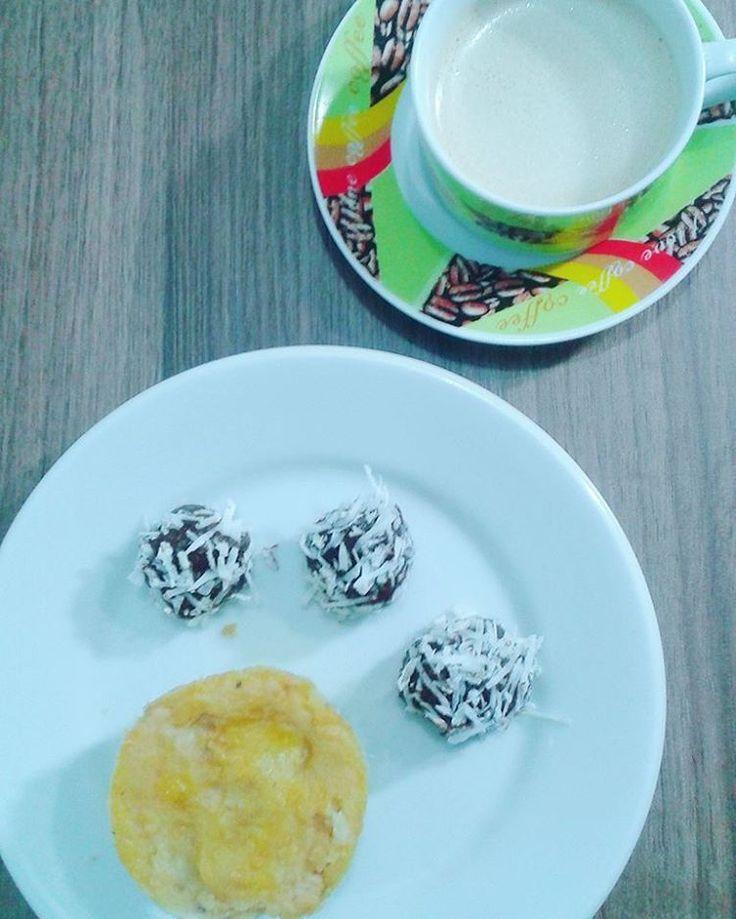 Café batido com óleo de coco, empadinha de frango com massa de grão de bico, e brigadeiro de #pastadeamendoim + cacau em pó e coco ralado na hora 😉 #dieta #fit #saude #empadaodegraodebico...