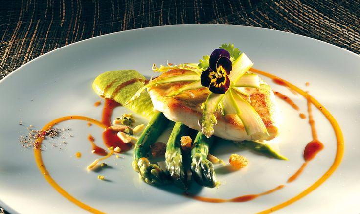 """Filetto di rombo agli asparagi verdi"" degli chef Tommy Byrne e Gilles Dupont  #lamadia #lamadiatravelfood #food"