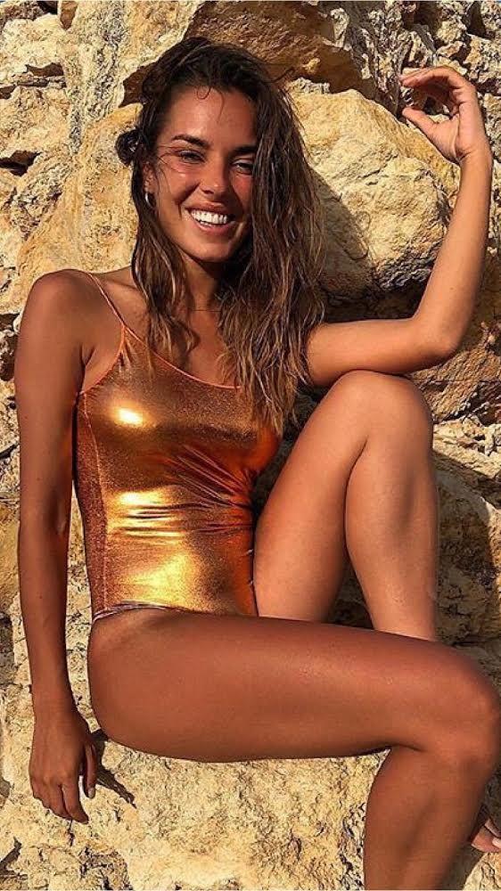 Biquíni metalizado vira sensação do verão europeu; descubra onde encontrar Os modelos da Oséree chamaram a atenção quando … in 2019 | Model, Fashion, Beachwear