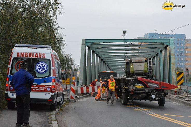 Kombajn zablokował most. Karetka nie mogła przejechać!