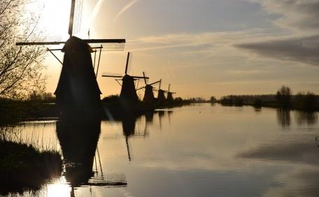 In het vroege voorjaar, zondag 1 april 2012.... half acht 's ochtends.... Kinderdijk