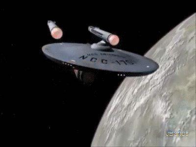 cuervo57: Naves de Star Trek: USS Enterprise  NCC-1701  El USS Enterprise NCC-1701 es una nave ficticia del universo de Star Trek. Es un crucero de batalla clase Constitución de la Flota Estelar de la Federación Unida de Planetas y una de las naves insignia de la misma. Construida en los Astilleros San Francisco (los cuales no están en la ciudad homónima, sino en órbita a la Tierra) en 2245. El más célebre de sus capitanes fue James T. Kirk.