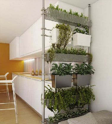 Original et pratique pour une cuisine ouverte q'une séparation de pièce avec le salon faite de pots de plantes fixés sur une structure métallique légère