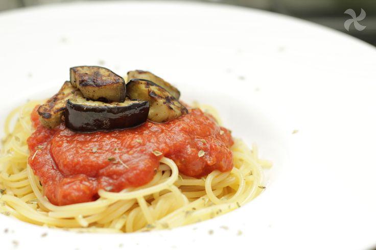 Espaguetis con salsa de piquillos y berenjena a la plancha - https://www.thermorecetas.com/espaguetis-salsa-piquillos-berenjena-la-plancha/