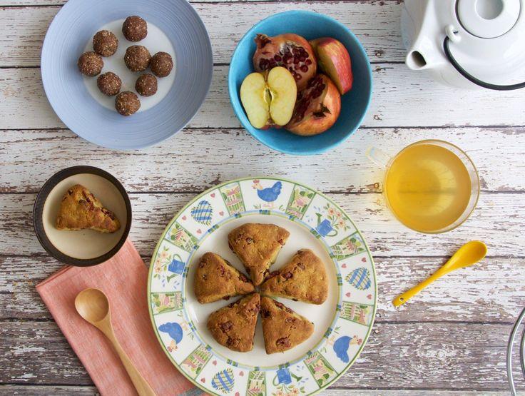 2013.Scones de harina de almendras y arándanos En el mundo comestible, hay pequeños snacks que definen un poco a una cultura gastronómica: a los brasileños: el pao de queijo, a los venezolanos y colombianos: la arepa, a los argentinos: unas medialunas. Pero para los británicos, uno de los pequeños-grandes placeres es comerse un scone. En …