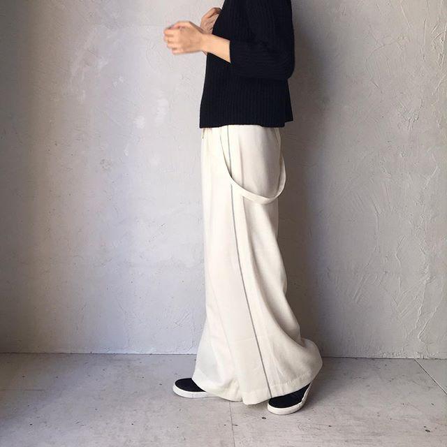 サスペンダーがポイントのウールのパンツ。  サイドに施されたグレーのラインも素敵な一着です。  トップスはシンプルなニットがお勧め。ヤクウールのハイネックセーターは、丈が短めで、あらゆるボトムスとの相性◎です。  #legrenierdecampagne #kobe #rokko #thefactory #wool #onepiecedress #ルグルニエドカンパーニュ #ルグルニエ #神戸 #六甲 #ザファクトリー #ウール #サスペンダー#ニット @laviealacampagne_official @ancienne_gokurakuji @latelier_de_maison_de_campagne @tf_the_factory @ambiente_resort @r.silva76