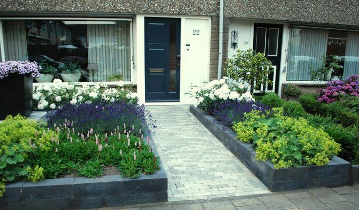 Fleurige bloementuin met borders en plateau te Veenendaal   Exalto Hoveniers Veenendaal