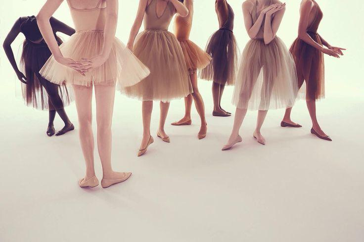 Amamos las nuevas baletas en tonos nude de Christian Louboutin, pero amamos más los tutús con los que las acompañan... We are #tullelovers ♥️