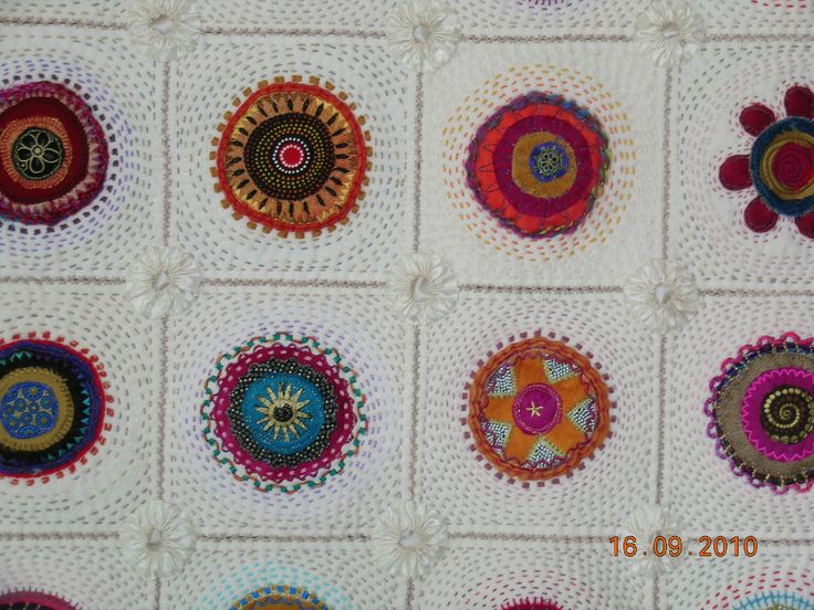 Griet Lombard. Block-a-Day-Therapy. Machine appliqued circles embellished by hand- and machine embroidery, hand quilted