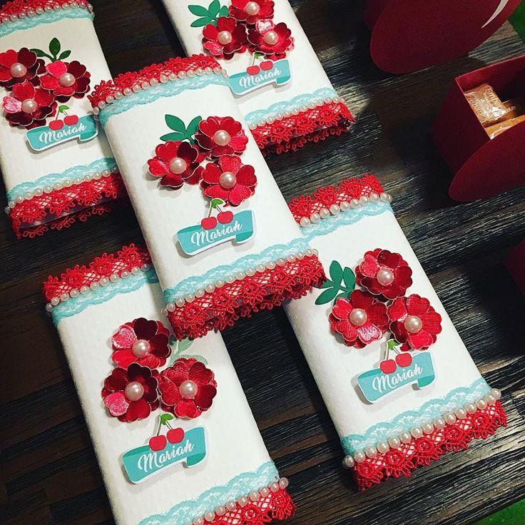 chocolate decorado com mini flores feitas com furador complexo