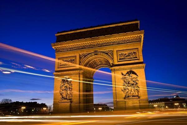 Az Arc de Triomphe- a Diadalív  Híres párizsi emlékmű a Champs-Élysées végpontján, a Charles de Gaulle (korábban Étoile) téren. Franciaország fővárosának egyik legismertebb látnivalója. A Napóleon dicsőítésére épített Diadalívet, a római Forum Romanumon álló, első századi Titus császár diadalívének mintájára építették. Kép forrása: http://vilagutazo. blog.hu/2010/07/27/parizs maskepp