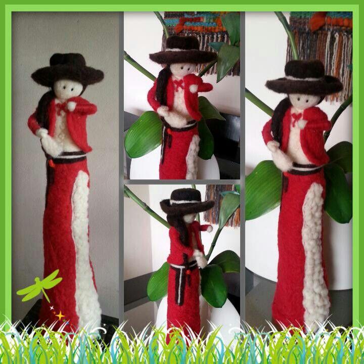 Muñeca hecha de vellón Vestida de Huasa elegante  Chile.