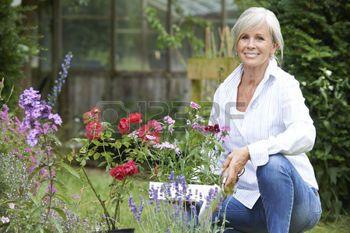 femme souriante: Portrait de femme mature Jardinage