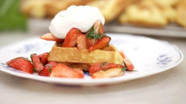 Eén - Dagelijkse kost - frangipanewafeltjes met aardbeien en slagroom
