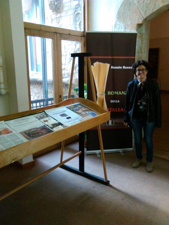 La prof. Francesca Caronna, curatrice della mostra, e Il Romanzo della Pasta Italiana. Blog ufficiale dello scrittore siciliano Nunzio Russo