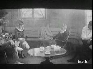 """Extrait de """"Jules et Jim"""" de François Truffaut que le public verra vers la mi-janvier à Paris dans lequel Jeanne Moreau chante une chanson de Bassiak (pseudonyme de Serge Rezvani) qui l'accompagne lui-même à la guitare : """"Le tourbillon de la vie"""" ."""