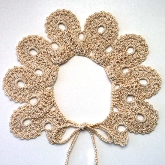 Peter Pan collar. Pattern here http://www.antiquecrochetpatterns.com/crocheted-collar.html