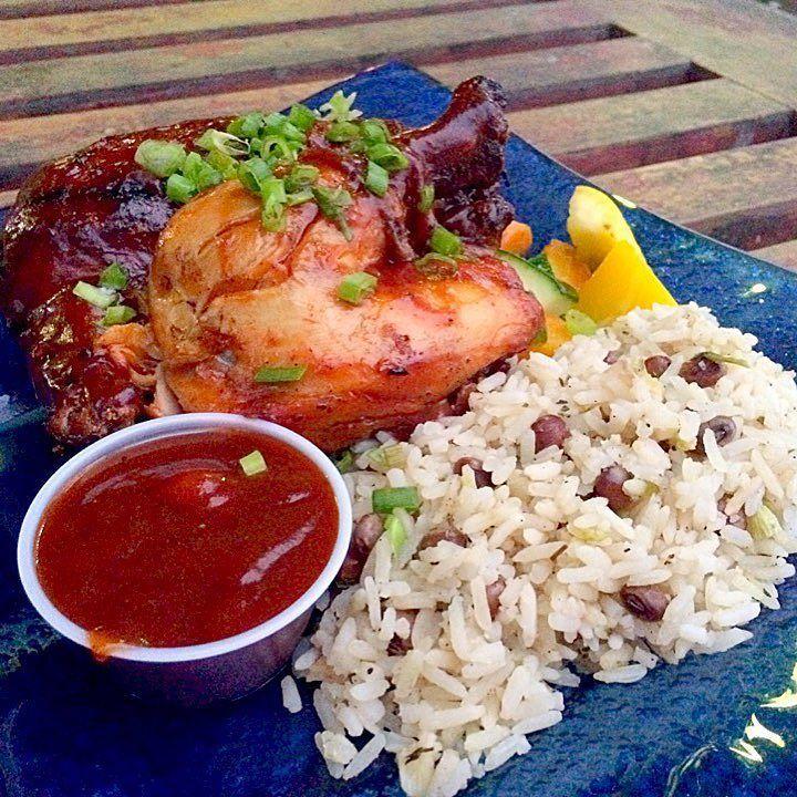 Jamaicaと言ったら #ジャークチキン って事で本場の味を食べてみた思ってたよりおいしくて完食 Pちゃんいわくここのは特別おいしいらしい  でも何を頼んでもこの味付け  #JerkChicken #Jamaicanfood #BBQ #ジャマイカ #ジャークチキン #本場はうまい #BBQソース #意外と高い #ネグリル物価高い #一食3000円位 by juri0306