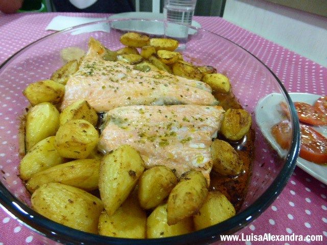Ultimamente tem aparecido à venda cá em Fátima truta salmonada bem generosa. É um peixe que de aspecto é muito semelhante ao salmão, diria até que à primeira vista é igual, mas de sabor torna-se mais leve, não tem aquele sabor característico do salmão que, por vezes, enjoa um pouco. A truta salmonada torna-seRead More »