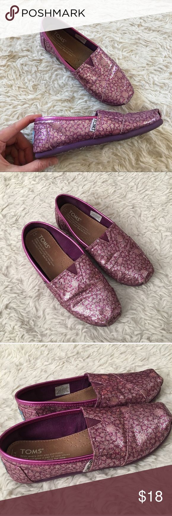 TOMS Girl's Fuchsia Glitter Sparkly Toms Pink/Purple Sparkly Glitter TOMS for girls. They are pre-loved, and the insert is a little loose--only when not on. Some minor wear as shown. ✨OFFERS WELCOME✨ Toms Shoes