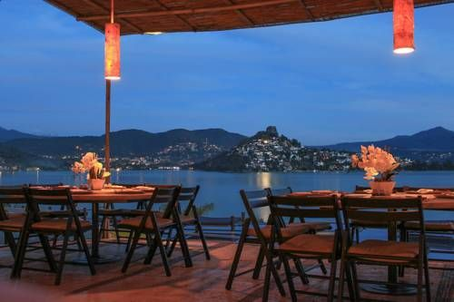 El Santuario Resort & Spa Valle de Bravo Offering luxurious suites with private pools and overlooking Valle de Bravo Lake, El Santuario is 10 minute's drive from central Valle de Bravo. This well-equipped complex features a spa and sailing club.
