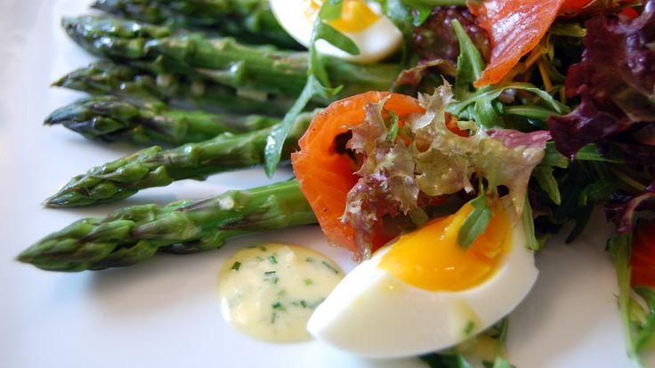 Aspargessalat kan lages med både grønne og hvite asparges. Husk at hvit asparges må skrelles helt fra toppen, og bruk gjerne en sukkerbit i vannet.