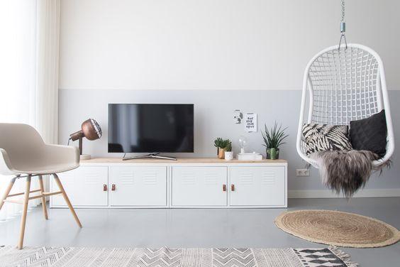 IKEA hack: maak van de IKEA PS kast een bijzonder tv-meubel met behulp van deze do-it-yourself blog. De leren handvatten maken dit tv-meubel uniek.