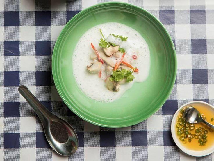 Kylling og galangalsuppe ,Tom kha gai. Terje Ommundsen fra restauranten Plah lager Thai-spalte for D2. - Foto: Sigurd Fandango