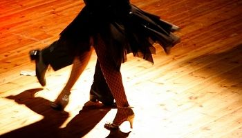 Salsa dans er altid sjovt til en polterabend, man kan se mere på: http://polterabend.cc/polterabend-aktiviteter hvis man har lyst :-)