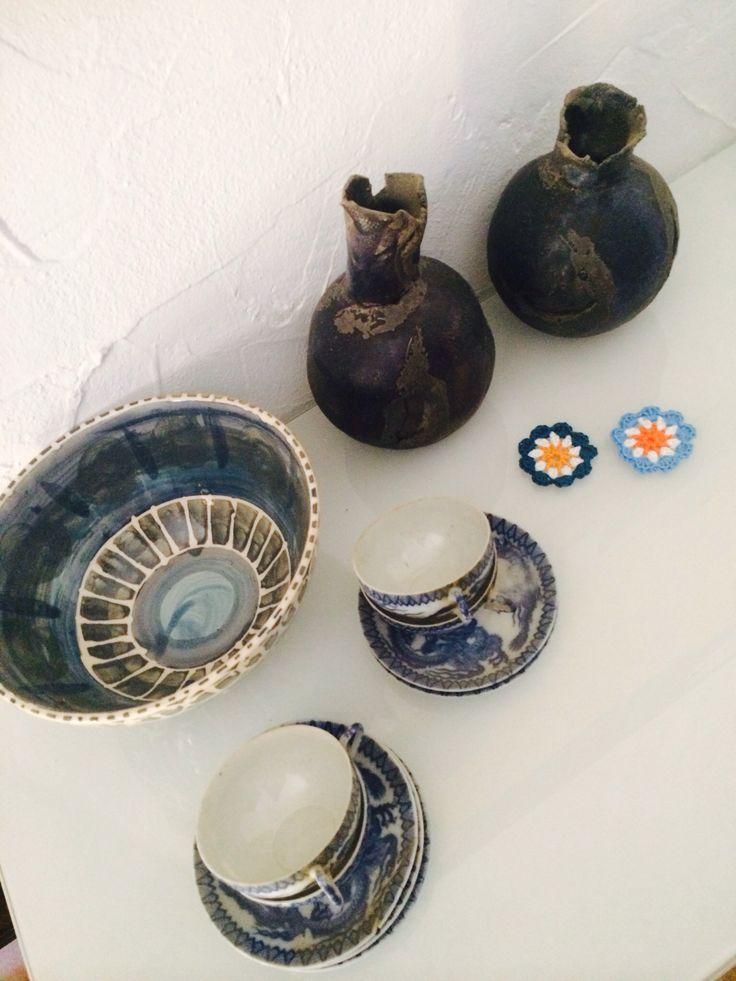 Porselein en keramiek in de huiskamer van de Finca. #kopjesvanoma #blauw