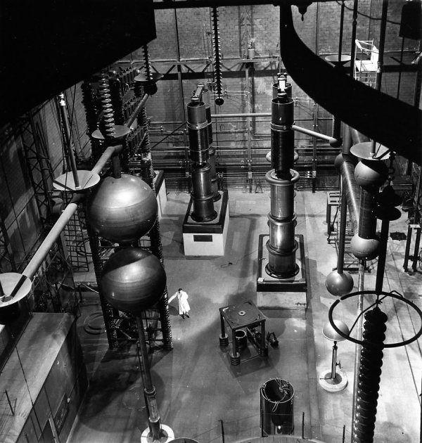 Laboratoire d'Ivry  1942   ¤Robert Doisneau. Atelier Robert Doisneau | Site officiel ~Via Renato Rauld Etcheverry