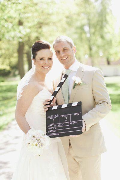 スパイス利かせる前撮り小物♩レトロ可愛い〔カチンコ〕を使ったウェディングフォトのポーズまとめ*にて紹介している画像