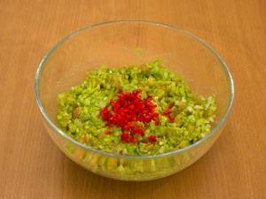 Лук и чеснок мелко порубить. Чили очистить от семян, мелко нарезать. Помидоры очистить от кожицы, мелко нарезать. Авокадо почистить, удалить косточку. Размять мякоть авокадо, добавить сок лайма, перемешать. Добавить помидоры, перемешать. Добавить лук и чеснок, перемешать. Добавить чили, перемешать. По желанию, соус можно измельчить в блендере.