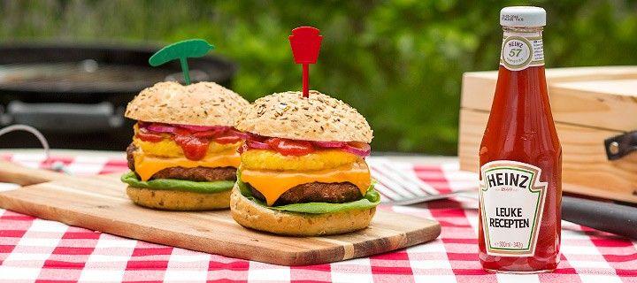 Zelfgemaakte tropische hamburgers op een broodje met sla, kaas, ananas en ketchup
