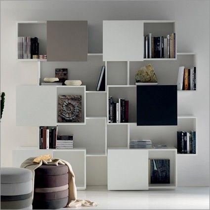La libreria Piquant, design by Andrea Lucatello per Cattelan Italia, con ante scorrevoli in noce Canaletto e dalla struttura asimmetrica, è resa orginale e moderna proprio da questo sistema dinamico.