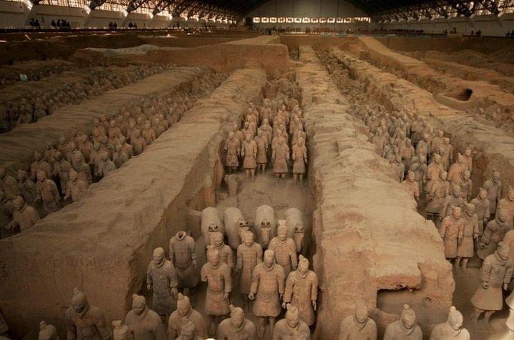 Des milliers de soldats et de chevaux de grandeur nature en terre cuite gardent la tombe de Qin Shi Huang