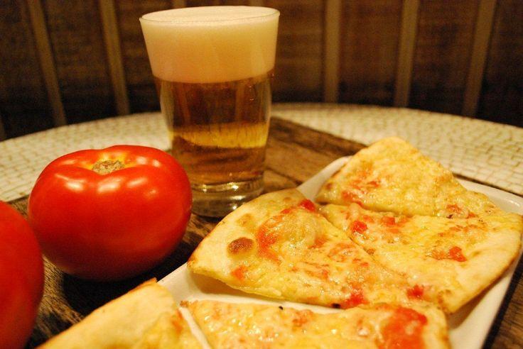 Jullia Pizza Bar  A Jullia Pizza Bar foi inaugurada em 1996, num bairro onde, na época, só existiam pizzarias tradicionais. A Casa veio para quebrar esse padrão e trouxe inovações e sofisticação, a começar pela decoração retrô e o estilo rústico. A pizzaria foi pioneira na região a oferecer a pizza de rúcula , tomate seco e mussarela de búfala o chope alemão Warteiner e o delicioso Petit Gateau. No cardápio também saladas, carpaccios, bruschetas, e diferen